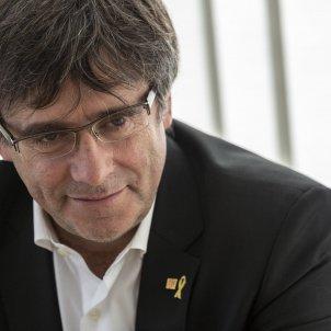 Carles Puigdemont rient a la Casa de la Republica a Waterloo - Sergi Alcàzar