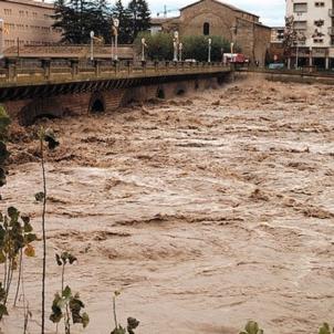 L'aiguat de 1982 desborda els rius pirinencs i causa 26 morts. Balaguer. Pont sobre el Segre. Font Enciclopedia