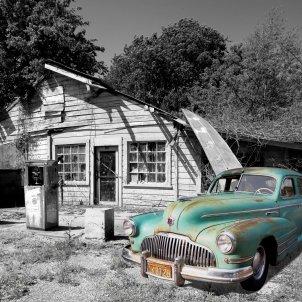 Cotxe vell i benzinera abandonada (Pexels)