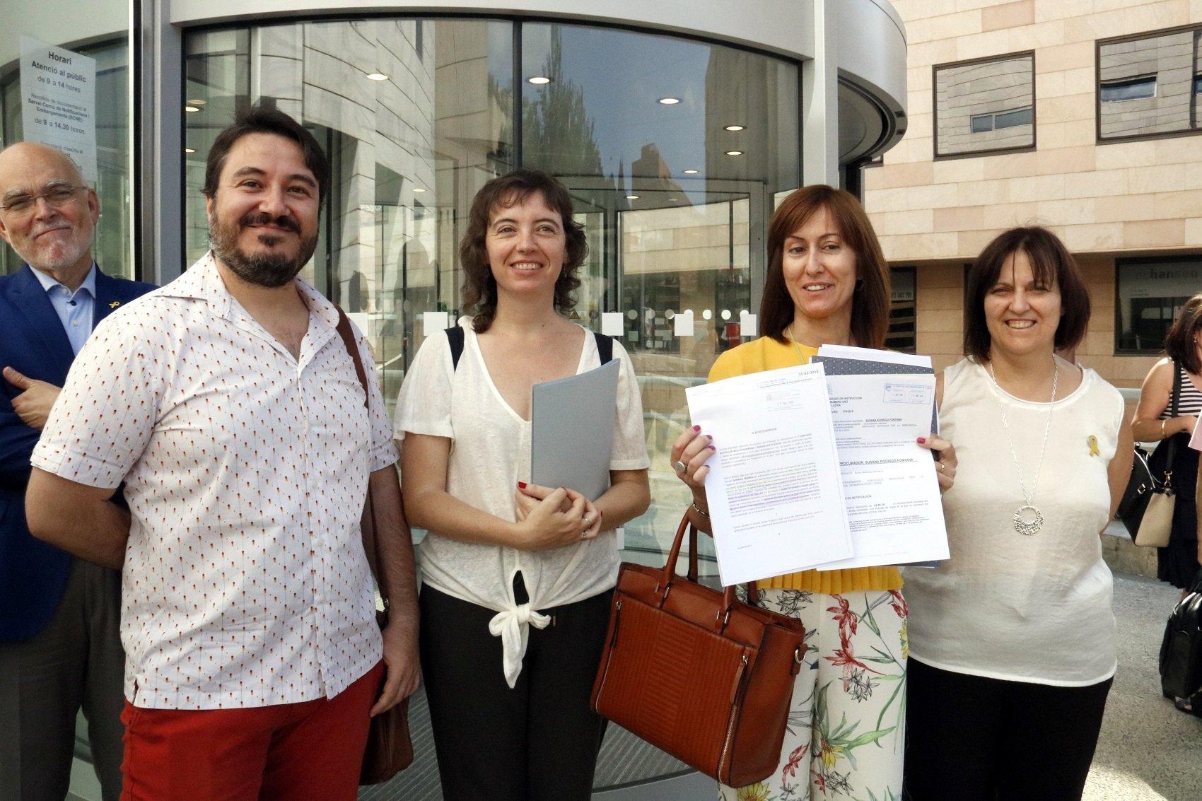 Membres de l'Associació d'Advocacia per la Democràcia a Lleida, davant els jutjats de Lleida, ensenyant la querella contra Manso i Pérez de los Cobos acn