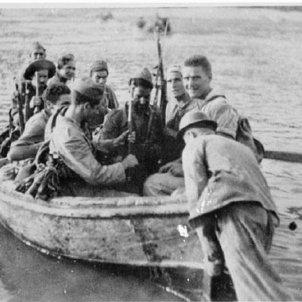 gran soldats republicans en retirada travessen l ebre amb una barca civil font mckenzie papineau battalion collection