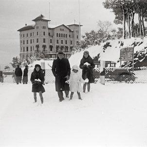 Una família gaudeix de la neu caiguda al Tibidabo el febrer del 1931 foto Josep M Sagarra / ANC Fons Josep M Sagarra