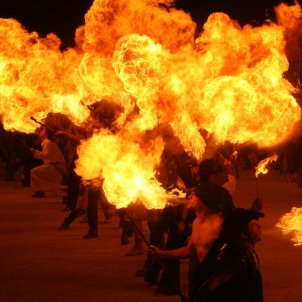Malabarista foc circ (Pxhere)
