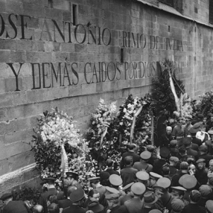 El regim franquista ret homenatge als pistolers anti catalanistes i anti sindicalistes. Font Arxiu Fotografic de Catalunya