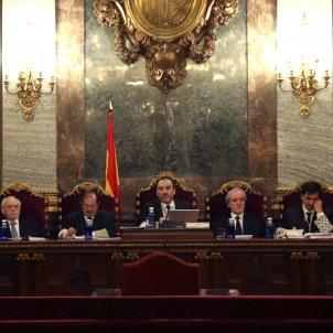 El magistrado Manuel Marchena (c) Tribunal Suprem cas 1 O Andrés Palomo (i), Luciano Varela (2i), Andrés Martínez Arreieta (3i), Juan Ramón Berdugo (3d) Antonio del Moral (2d) y Ana Ferrer (d) EFE