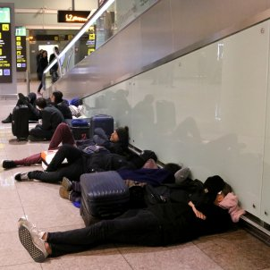 Viatgers dormint aeroport del Prat vaga 21D   ACN