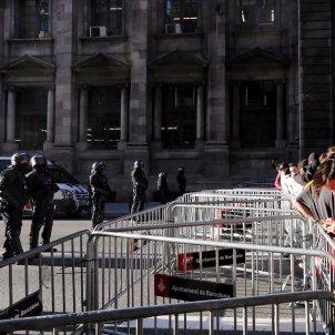 Valles separen manifestants de la Llotja de Mar   Carles Palacio