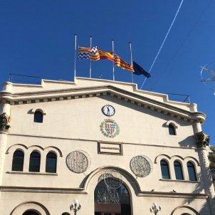 Banderes a mig pal ajuntament Badalona
