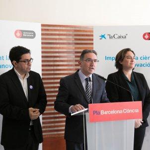 d esquerra a dreta gerardo pisarello primer tinent d alcaldia de l area d economia i treball ciutat digital i relacions in