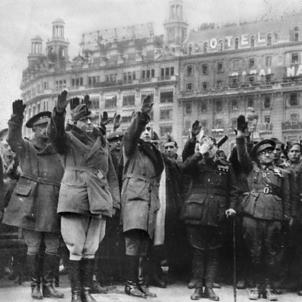 Els caps de l'ocupació franquista anuncien públicament l'inici de la repressió. Els caps militars de l'ocupació franquista a la plaça de Catalunya. Font The New York Times. Col·lecció Bellinogramme