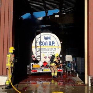 Bombers treballant per deflagració camió Olot - ACN