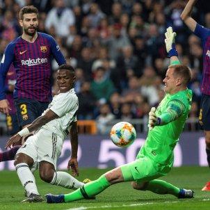 Ter Stegen Vinicius Busquets Pique Madrid Barca EFE