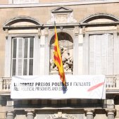 pancarta llaç blanc Palau Generalitat ACN