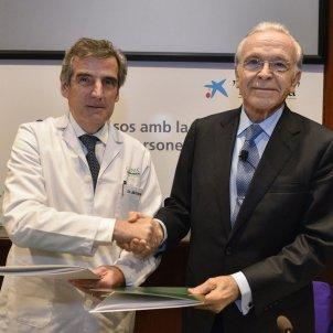 el director general de l hospital clinic de barcelona josep maria campistol i el president de la fundacio bancaria la caix