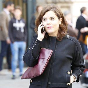Soraya Saenz de Santamaria parlant mobil a Barcelona - Sergi Alcàzar