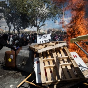 enfrontaments policia manifestants barricades aldarulls foc vox antifeixistes -bona qualitat- Carles Palacio