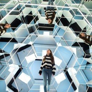 CosmoCaixa exposició Espejos, dentro y fuera de la realidad EFE