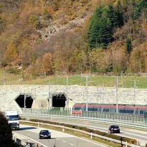 Tunel de San Gotardo / Wikipedia