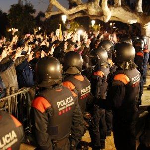 Ple investidura fallida Carles Puigdemont Parlament mossos manifestants - Sergi Alcàzar
