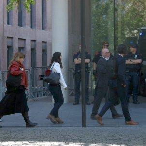 alguns processats entrant a la Ciutat de la Justícia per comparèixer al jutjat d'instrucció 13