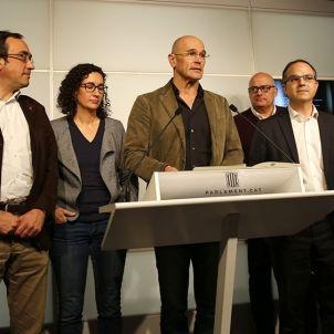 Els membres de JxSí presenten la proposta d'acord /Sergi Alcázar