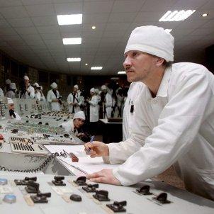 Un empleado de la planta nuclear de Chernobil vigila la actividad en el Reactor número 1 conmemoracion 20 aniversario de la construcción del Refugio de la Planta nuclear de Chernobil en 1986 EFE