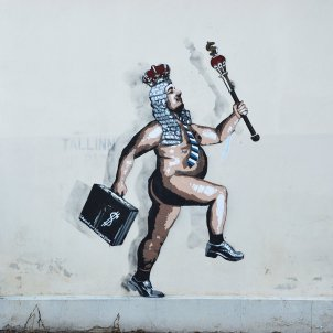 El rei va nu, graffiti a Tartu, Finlàndia (Ivo Kruusamägi)