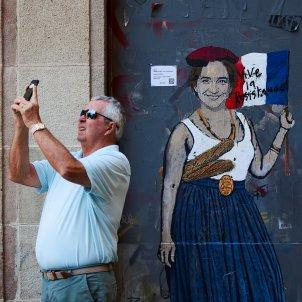 Ada Colau afrancesada plaça Sant Jaume EFE