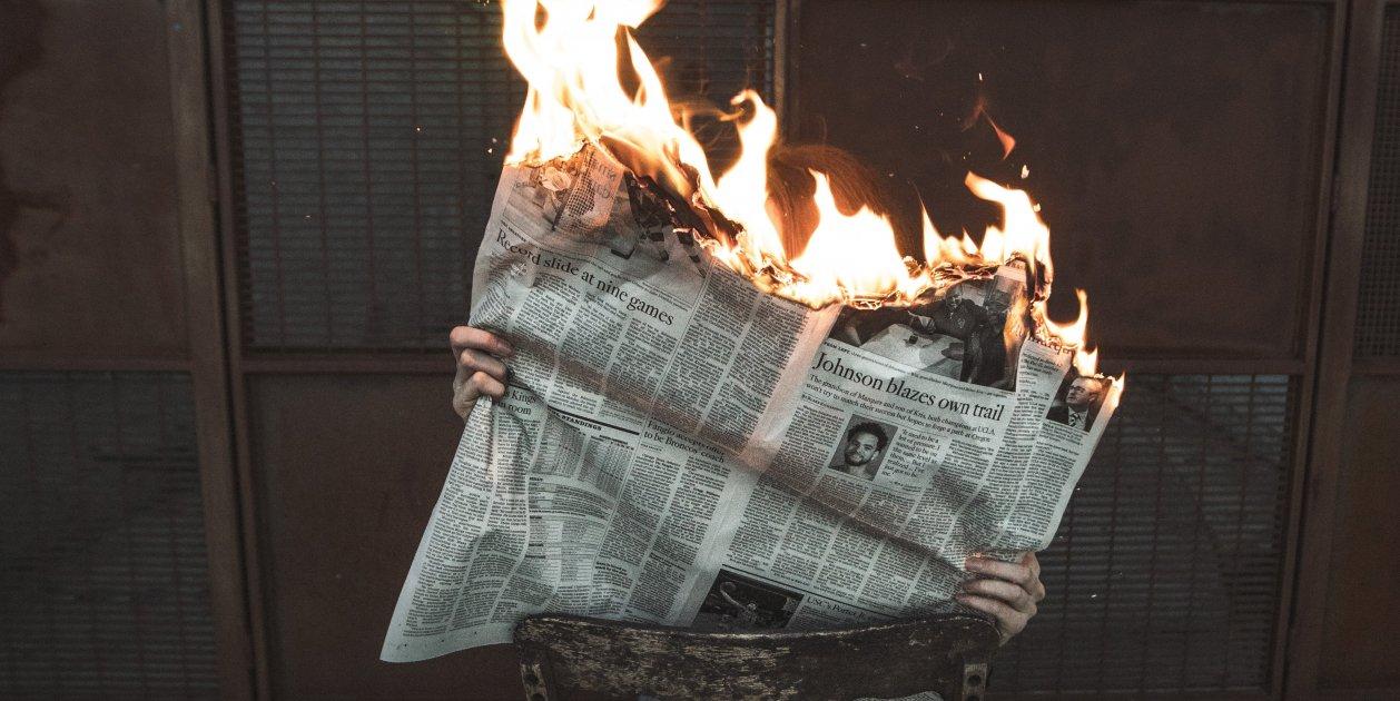 Persona Amb Diari Cremant Foc (Jeremy Bishop, Unsplash)