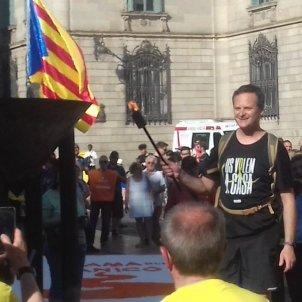 Flama del Canigó plaça Sant Jaume Twitter @omnium
