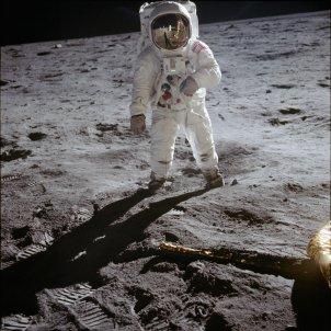 Neil Armstrong fotografiat per E.Aldrin caminant per primera vegada sobre la Lluna   NASA