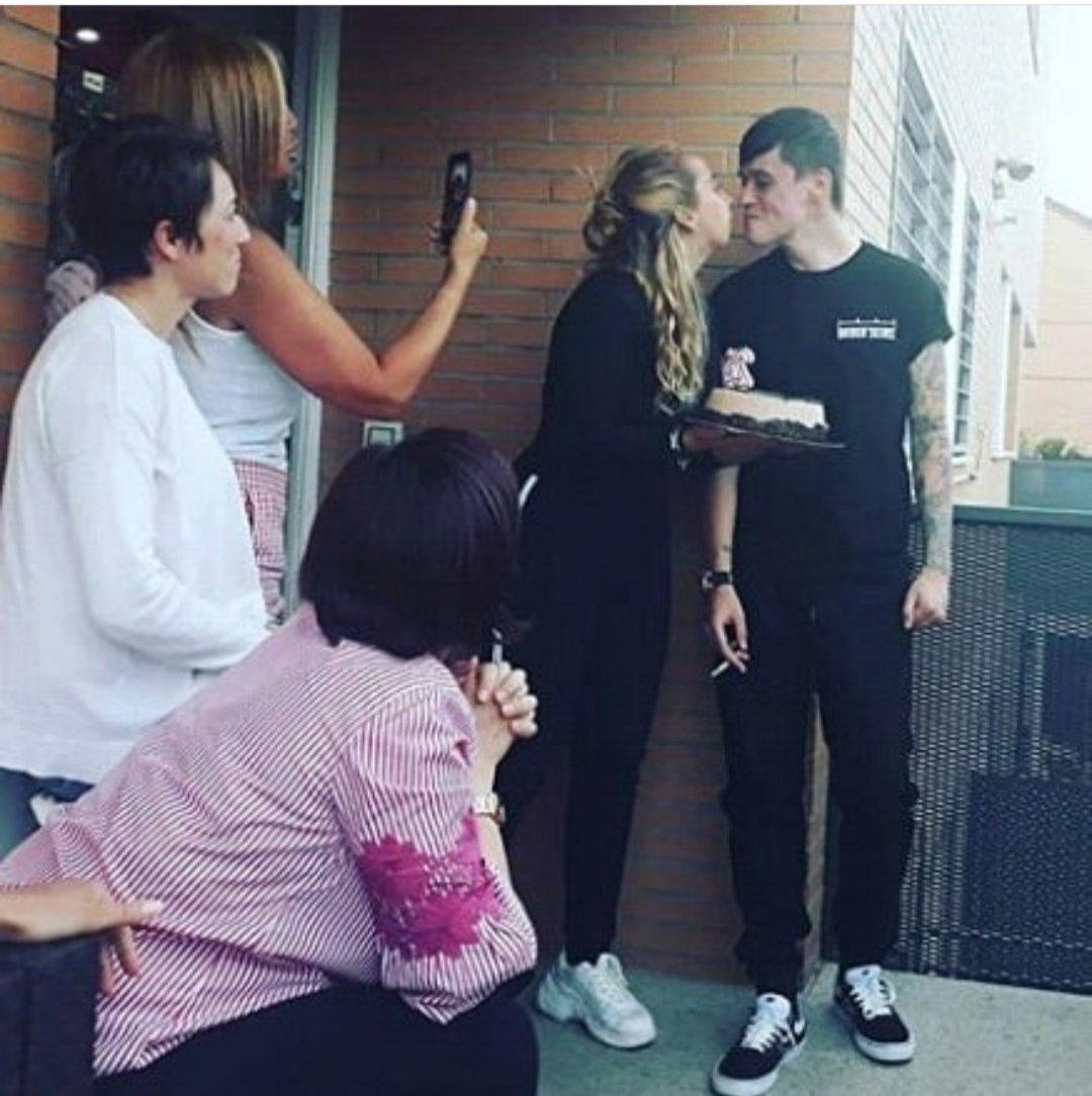 La última foto de Andrea Janeiro besando a su novio, muy tatuado y fumando