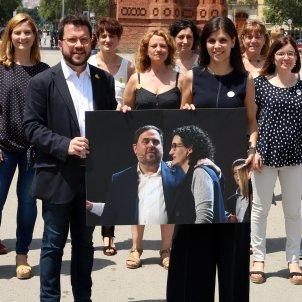 Aragonès i Vilalta amb una foto de Junqueras i Rovira ERC ACN