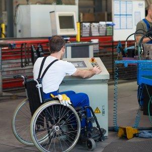 Un empleat al seu lloc de feina. © Shutterstock  Production Perig