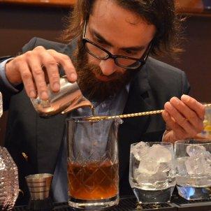 barman coctel whisky pixabay
