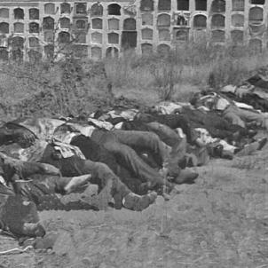 Puigdengolas perd Badajoz i Yagüe ordena una massacre. Cadàvers al cementiri de Badajoz. Font Asociación Extremeña de Comunicacion Social