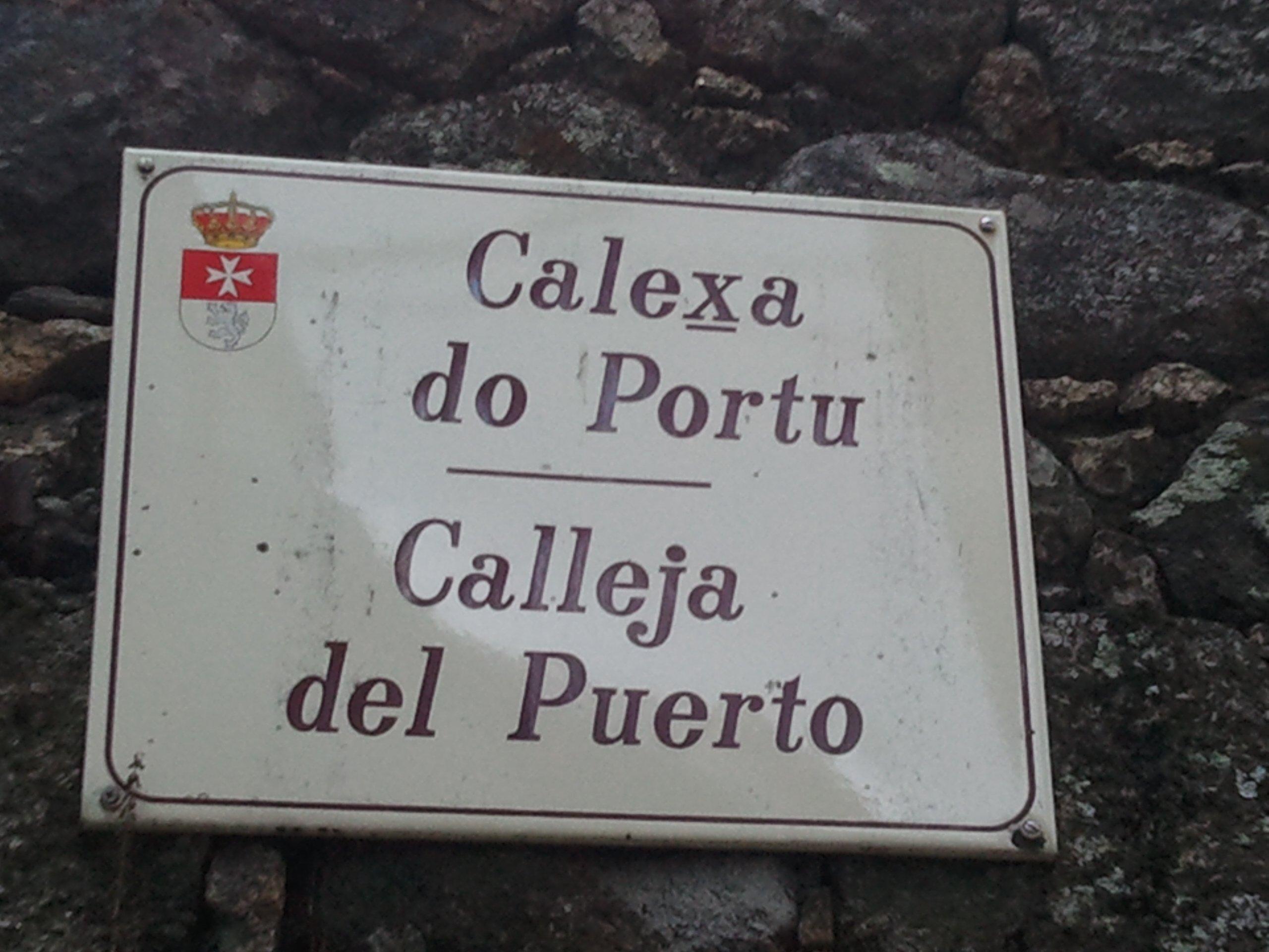 Placa de indicación de calle en San Martín de Trevejo Texto bilingüe, fala español olarcos wikipedia