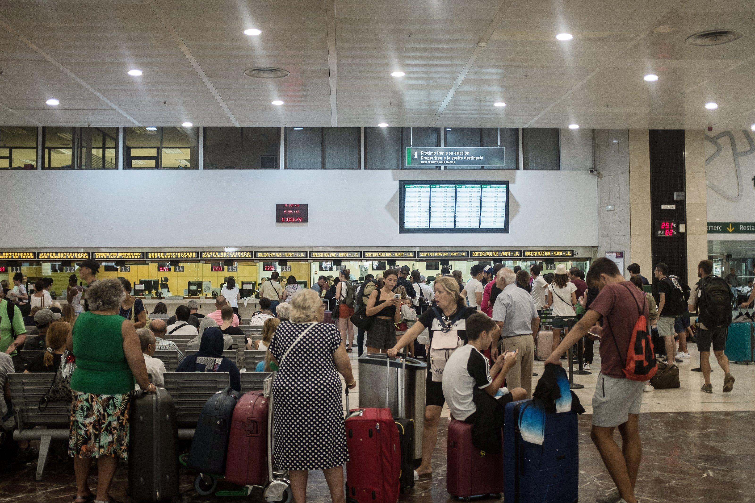 passatgers maletes turisme mobilitat renfe adif estació de sants barcelona rodalies tren - Carles Palacio