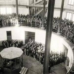 Humilien els presos politics republicans de la Model. Fotografia de l'interior de la Presó Model (1939). Font Blog Ocupació Franquista de Catalunya