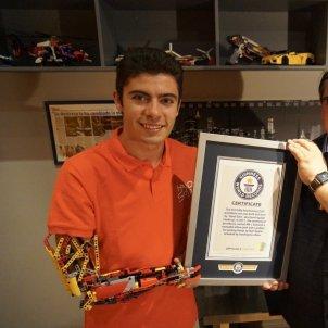 EuropaPress 2326767 El editor jefe del Guinness World Records Craig Glenday entrega el certificado de reconocimiento al joven David Aguilar