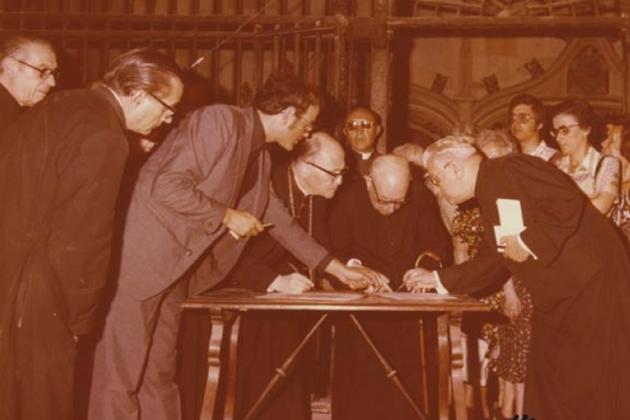 El arzobispo Pont i Gol firma la recepción de los despojos|restos de Vidal y Barraquer. Tarragona (1978). Fuente Ayuntamiento de Tarragona