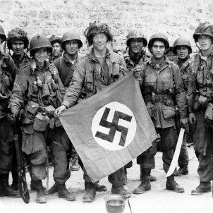 Normandia Paracaigudistes de la 101 divisió nord-americana mostren una bandera nazi caputarada wikipèdia