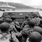 Normandia Una llança de desembarcament a punt d'arribar a la platja d'Omaha Wikimèdia