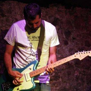 Pla mitjà de Marcel Bagés amb la seva guitarra elèctrica Imatge del 18 de setembre de 2019 (Horitzontal) ACN