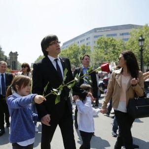 La família Puigdemont a la plaça Catalunya / Sergi Alcàzar