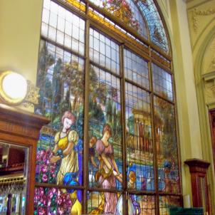 Inauguren el bar més prestigiós de Buenos Aires, redecorat per Antoni Estruch. Vitrall de Las Violetas. Font Wikipedia