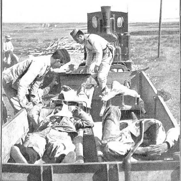 Transporte de heridos con el tren de las minas. Foto José Demaria López. Publicada en la revista Nuevo Mundo. Fuente Wikimedia Commons