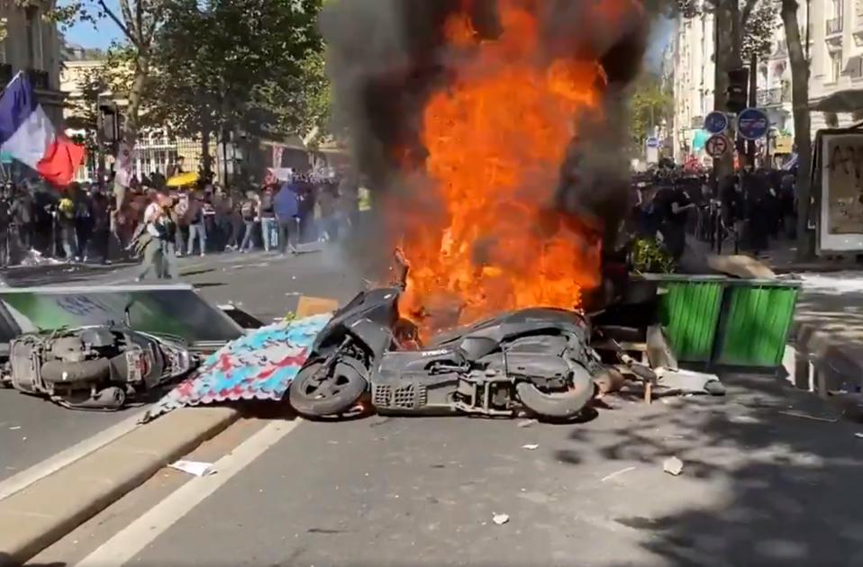 barricada armilles grogues paris @ClementLanot