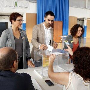 Dolors Bassa i alcalde Sant Julià de Ramis Marc Puigtió voten segon aniversari 1 O ACN