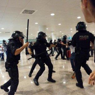 ELNACIONAL mossos carreguen manifestants aeroport del Prat Sergi Alcàzar (2)